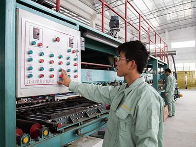 晓宝板业生产设备操作现场